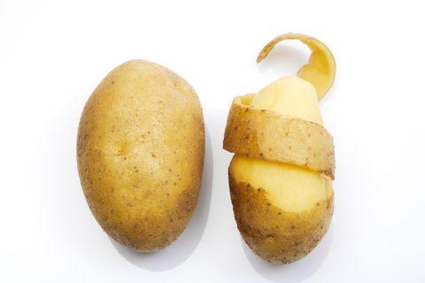 """<p><strong data-redactor-tag=""""strong"""">Ingredienti</strong> </p><ul> <li>lattuga (o altre insalate)</li> <li>2 patate</li> <li>2 mele</li> <li>un avocado</li> <li>succo di limone</li> <li>olio extravergine d'oliva </li> <li>sale e pepe</li> </ul><p><strong data-redactor-tag=""""strong"""">Preparazione</strong> </p><p>Lessa le patate e tagliale a fette. Sbuccia e taglia l'avocado e le mele. Mescola alla lattuga, condisci con l'olio, il succo di limone, sale e pepe precedentemente mescolati in una terrina.</p>"""