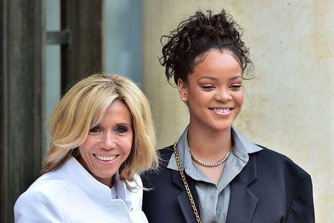 """<p>Capelli ricci legati in una coda di cavallo anche per <strong data-redactor-tag=""""strong"""">Rihanna, </strong>che ha scelto questo look per <a data-tracking-id=""""recirc-text-link"""" href=""""http://www.elle.com/it/moda/abbigliamento/news/a4779/rihanna-outfit-eliseo-brigitte-macron/"""">l'importante incontro con Brigitte Macron</a> a Parigi nel luglio del 2017.<br/></p>"""
