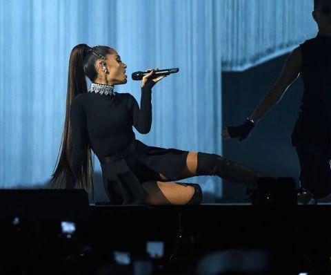 """<p><strong data-redactor-tag=""""strong"""">Ariana Grande</strong> è probabilmente <a href=""""http://www.gioia.it/spettacolo/musica/g734/ariana-grande-5-cose-da-sapere/"""" data-tracking-id=""""recirc-text-link"""">la regina della coda di cavallo</a>. Con i suoi capelli lunghissimi la sfoggia anche sul palco. Eccola durante i suoi concerti del <em data-redactor-tag=""""em"""">Dangerous woman tour</em> del 2017.<br>  </p>"""