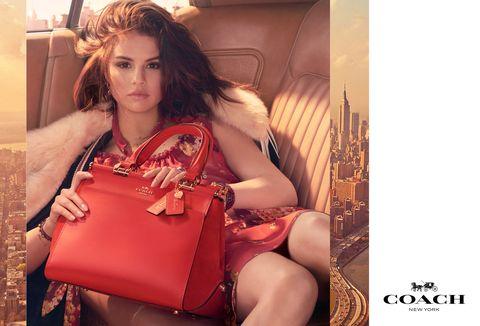 Pubblicità moda con celeb come Coach x Selena Gomez