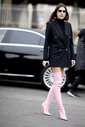 """<p>La moda di questo inverno vuole le gambe in bella mostra. Cosa c'è di meglio che indossare un maglione dolcevita abbinato a un<strong data-redactor-tag=""""strong"""" data-verified=""""redactor""""> blazer over</strong>... e basta? Con un paio di <strong data-redactor-tag=""""strong"""" data-verified=""""redactor"""">stivali alti</strong> completerai il look e in un attimo sarai al top.</p>"""