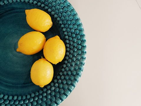 """<p>Il <strong data-redactor-tag=""""strong"""" data-verified=""""redactor"""">limone</strong>, amato limone. Una bomba di <a data-tracking-id=""""recirc-text-link"""" href=""""http://www.elle.com/it/benessere/salute/suggerimenti/a2608/vitamina-c-sintomi-carenza/"""">vitamina C</a> che rinforza il sistema immunitario ed èricco di sostanze antibatteriche. Se avete il <strong data-redactor-tag=""""strong"""" data-verified=""""redactor"""">mal di gola</strong> provate a succhiare del limone, vi farà male (lo so, ho provato di persona),ma l'infiammazione sparirà prestissimo! <a href=""""https://www.dionidream.com/ho-bevuto-miele-limone-e-acqua-calda-ogni-mattina-per-un-anno-ecco-cosa-e-successo/"""" title=""""Ho bevuto miele, limone e acqua calda ogni mattina per un anno. Ecco cosa è successo.""""></a></p>"""