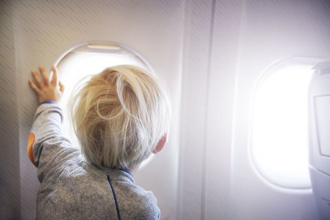 """<p>L'esperienza del <strong data-redactor-tag=""""strong"""" data-verified=""""redactor"""">volo</strong>, essendo difficilmente spiegabile o riproducile altrove, è senz'altro uno degli ostacoli maggiori per chi viaggia con un bambino autistico. Basti pensare che United Airlines nel 2015 fece scendere dal mezzo i genitori e la figlia autisticadi 15 anni a causa dei rumori che emetteva e che agitavano gli altri passeggeri. Ebbene, oggi esiste negli USA il programma <strong data-redactor-tag=""""strong"""" data-verified=""""redactor"""">Blue Horizons</strong>, che, in accordo con aeroporti e linee aeree, permette alle famiglie di simulare l'esperienza del volo prima di affrontarla davvero, così da capire le criticità e trovare soluzioni preventive. Davvero brillante.</p>"""