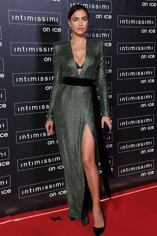 new arrival 53c7a e5436 Irina Shayk: l'abito smeraldo (mozzafiato) che incanta Verona