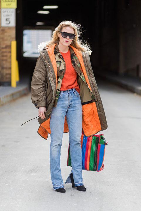 <p>Modello classico con dettagli iper colorati in arancione, il colore must dell'inverno 2017 /2018. Per completare il look, aggiungi un maglioncino sempre arancione e un paio di jeans leggermente a zampa.</p>