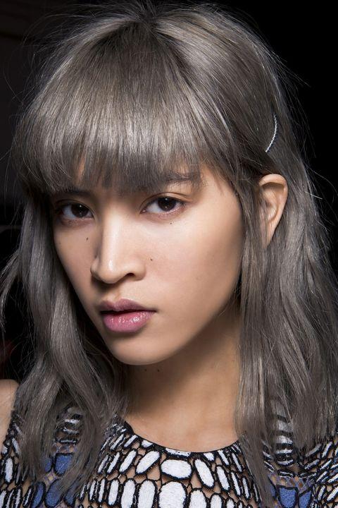 Capelli argento: le nuove nuance metalliche