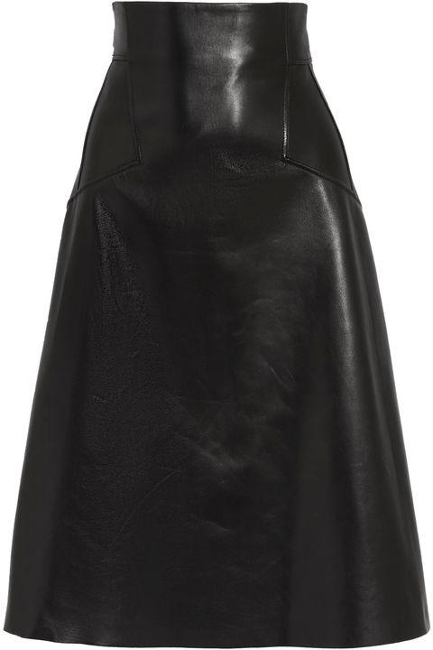come vestirsi eleganti quando fa freddo con la gonna in pelle di Alexander McQueen
