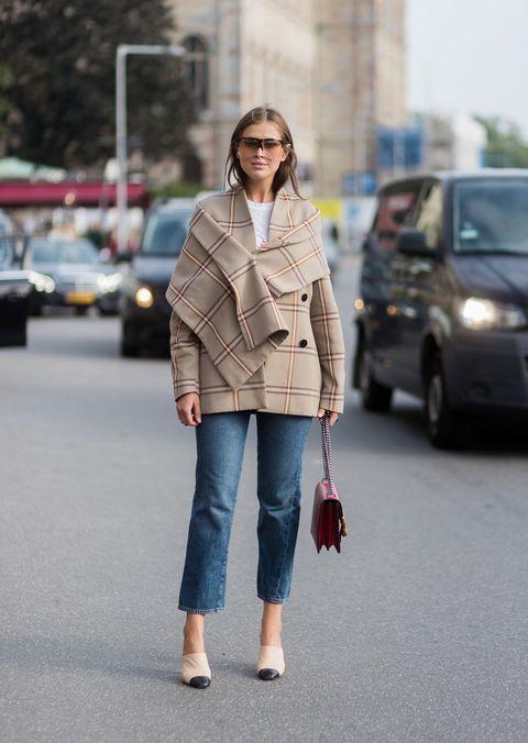 <p>Un look che dire preppy è dire poco. Il jeans un po' morbido, le scarpe bicolore di Chanel, il cappotto/cappa tartan. Perfetto (e se ti vesti così vedi come ti vola via il lunedì).</p>