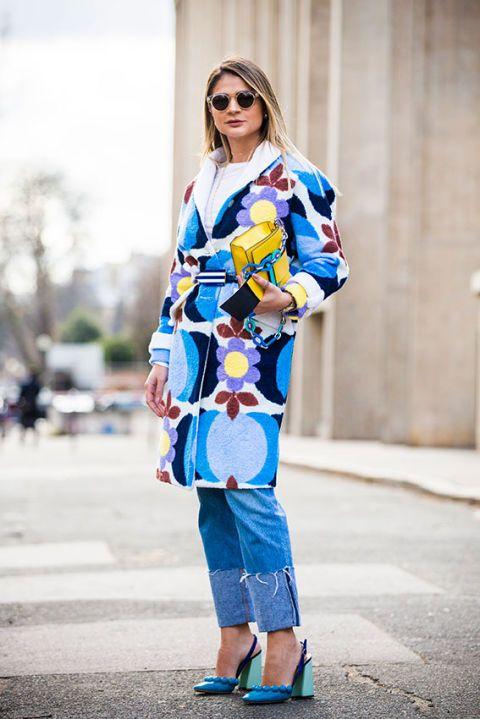 <p>Sì, il cappotto d'inverno è come il vestito in primavera e bisogna sceglierlo bene, in modo da esaltare qualsiasi look, qualsiasi capo, anche i jeans (che, abbinati alle pump azzurre, non sono per niente casual).</p>