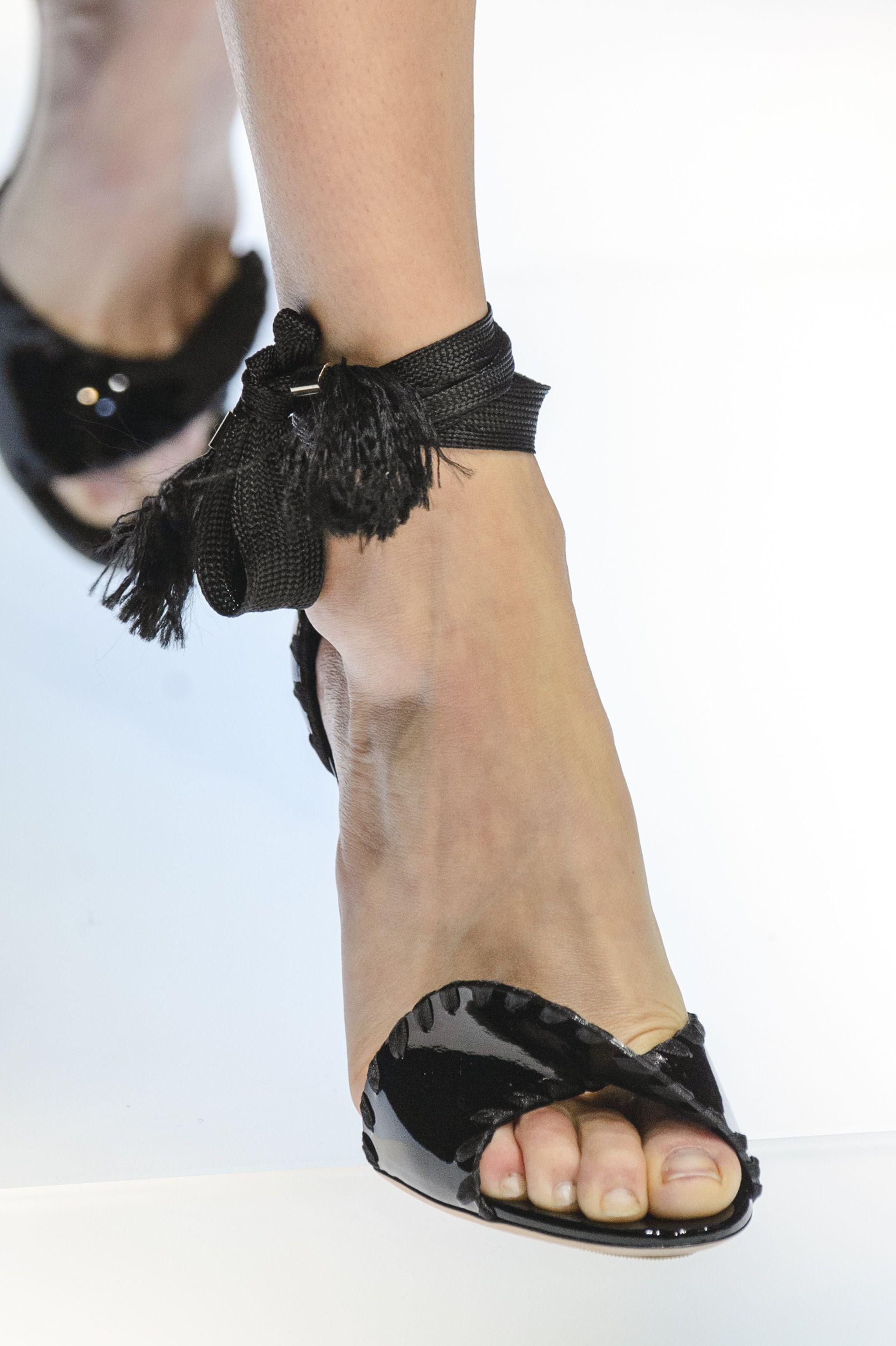 I sandali con tacco dellestate 2019 sono sexy e minimali: indossali per gambe più lunghe e magre pictures