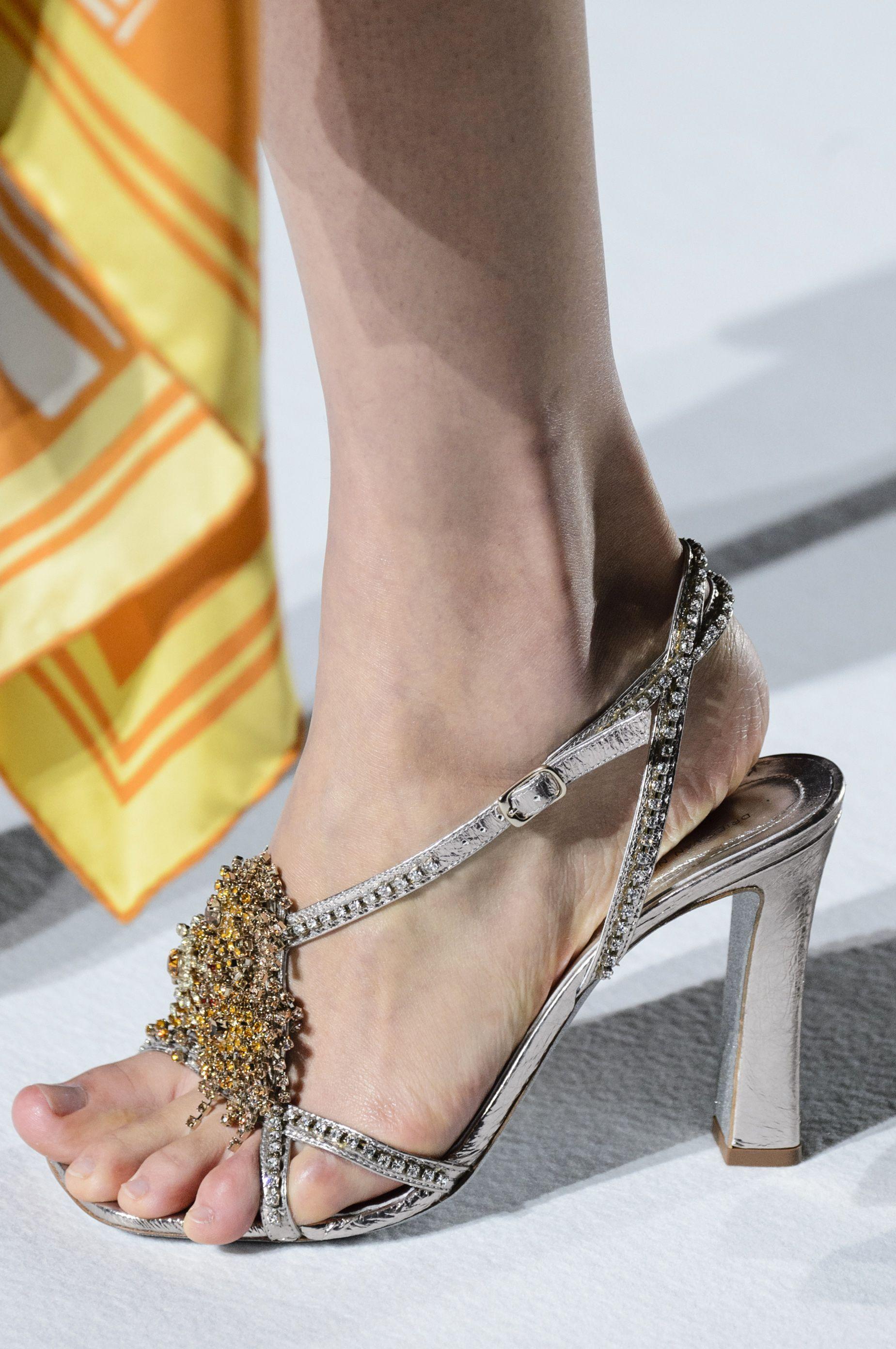 I sandali con tacco dellestate 2019 sono sexy e minimali: indossali per gambe più lunghe e magre