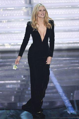 531888b6c224 Michelle Hunziker a Sanremo 2018  i vestiti della prima puntata più ...