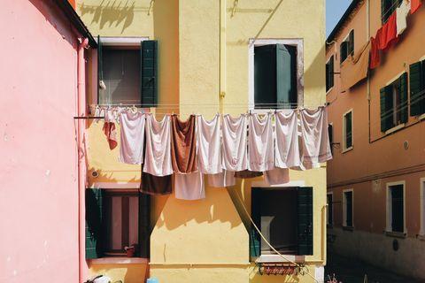 L'aceto bianco al posto del detersivo per lavare i vestiti è una bomba: 11 validissimi motivi per iniziare a usarlo fin da subito