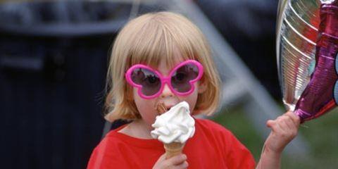 Human, Hand, Sunglasses, Eating, Snack, Taste, Dessert, Fast food, Ice cream, Net,
