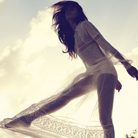 Hairstyle, Human body, Human leg, People in nature, Knee, Beauty, Denim, Sunlight, Long hair, Waist,