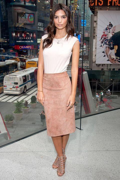 Brown, Shoulder, Human leg, Joint, Fashion accessory, Style, Street fashion, Fashion model, Waist, Fashion,