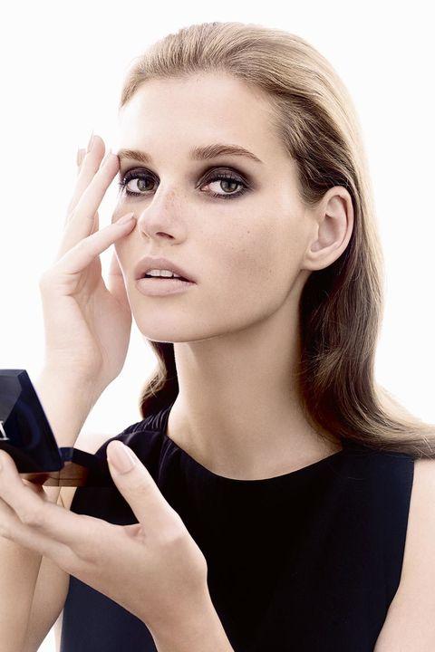 Finger, Lip, Hairstyle, Skin, Eyebrow, Eyelash, Hand, Nail, Style, Mobile phone,