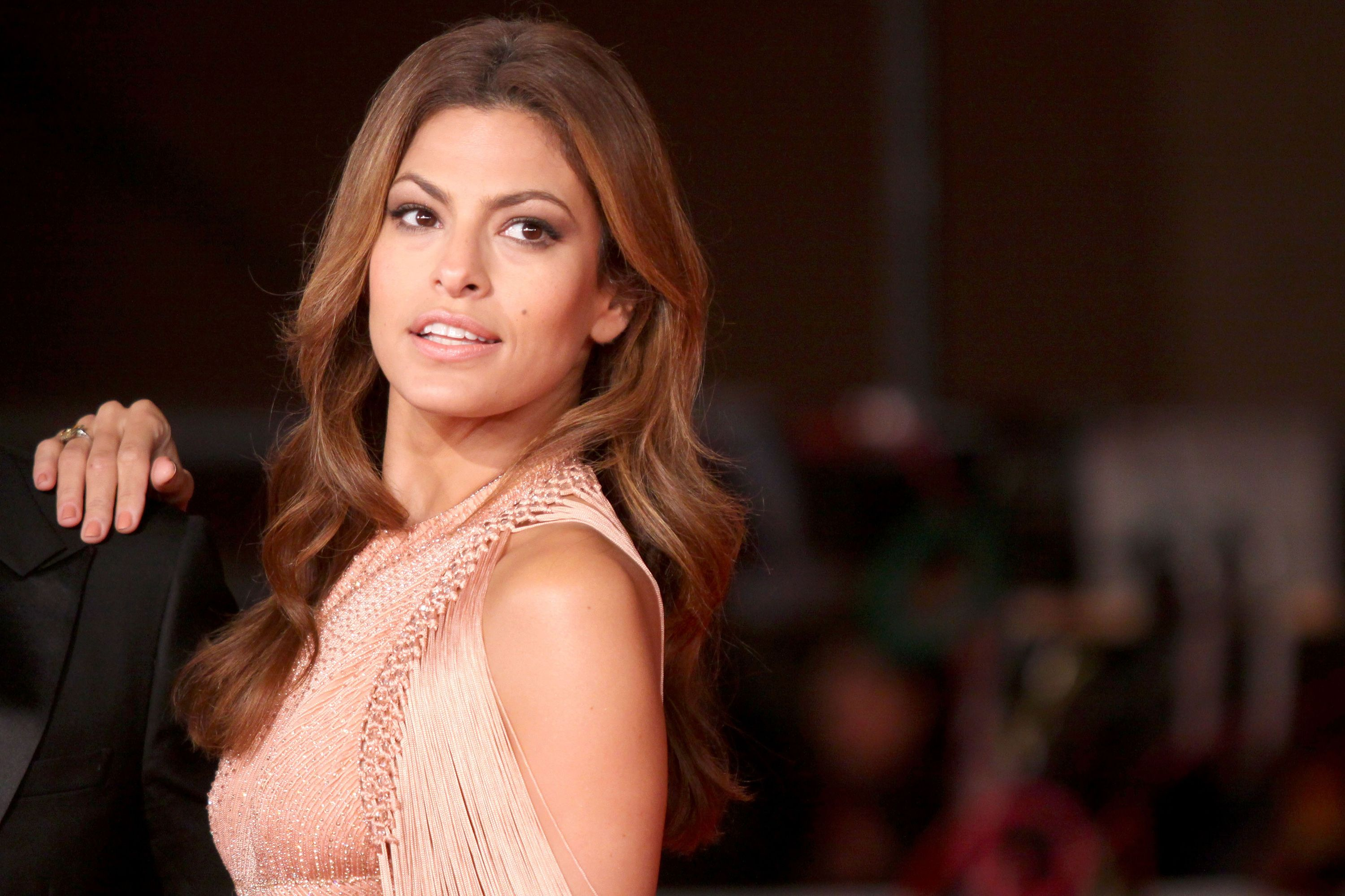 Eva Mendes reveals short hair for the first time