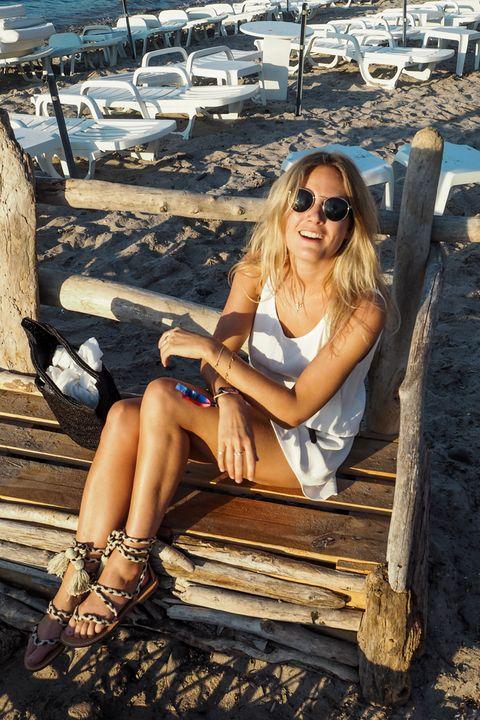 Eyewear, Vision care, Leg, Wood, Human body, Sunglasses, Human leg, Sitting, Fashion accessory, Summer,
