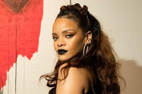 Rihanna usando lápiz labial negro