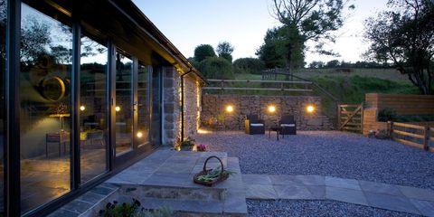 Lighting, Flowerpot, Real estate, Garden, Courtyard, Yard, Landscape lighting, Shade, Cobblestone, Landscaping,