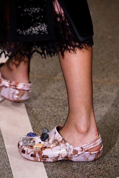 Leg, Human leg, Shoe, Toe, Joint, Style, Foot, Fashion, Calf, Street fashion,