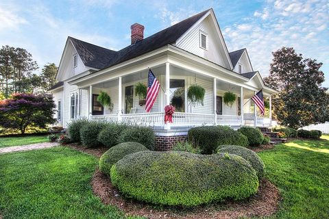 A Southern Historic Home With a Porch That Won't Quit