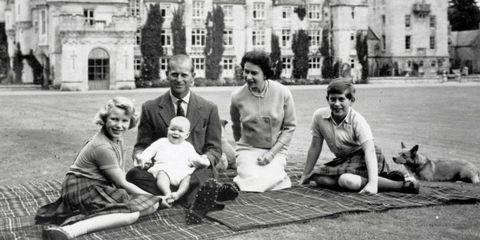 the-royal-family-outside-on-a-blanket