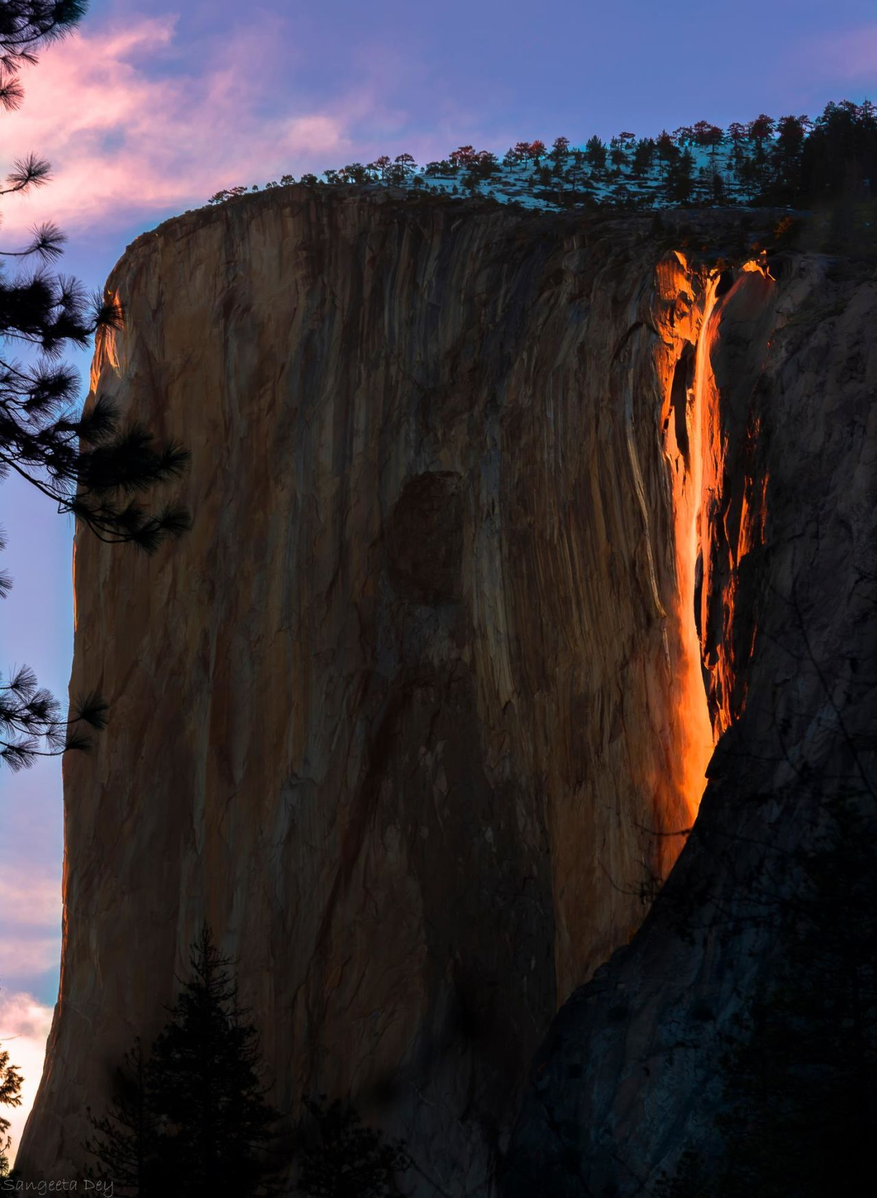 "10 Striking Images of the Rare Yosemite ""Firefall"" Phenomenon"