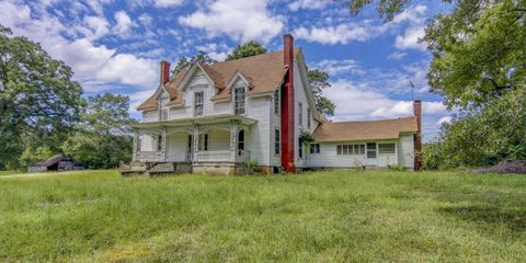 Somewhere in Georgia, There's a Beautiful White Farmhouse Just Waiting to be Fixed Up