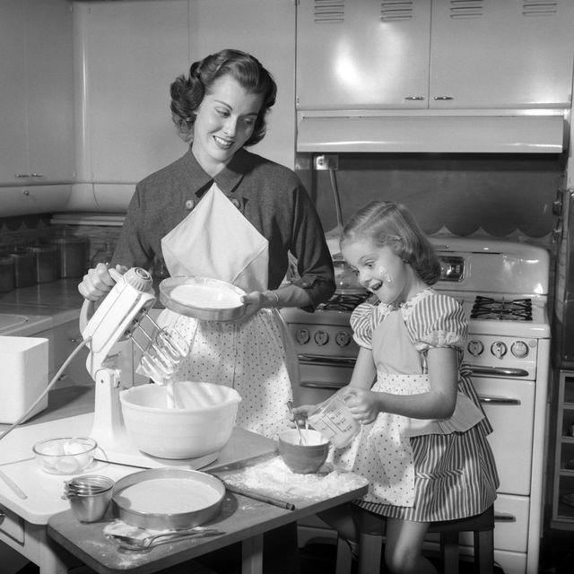 Major appliance, Serveware, Table, Kitchen appliance, Home appliance, Kitchen, Cooking, Oven, Dishware, Cook,