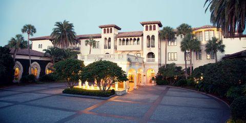 Tree, Arecales, Woody plant, Real estate, Hacienda, Flowering plant, Walkway, Villa, Mansion, Palm tree,