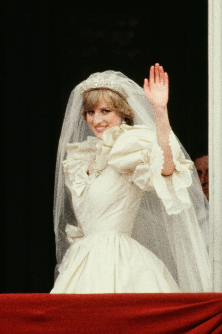 10 Hidden Details You Didn\'t Know About Princess Diana\'s Wedding Dress