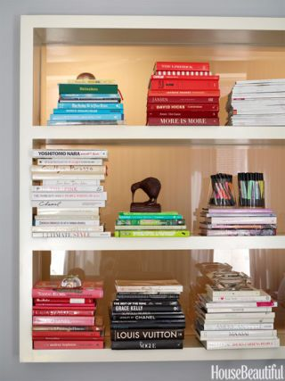 Bookshelf decorating ideas unique bookshelf decor ideas for Color coordinated apps