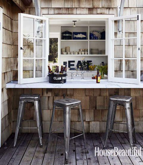 Barra de bar en el exterior de casa