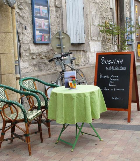 cafe tbale and chairs