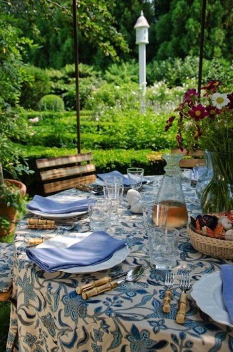 Tablecloth, Serveware, Dishware, Textile, Table, Linens, Furniture, Porcelain, Flowerpot, Street light,