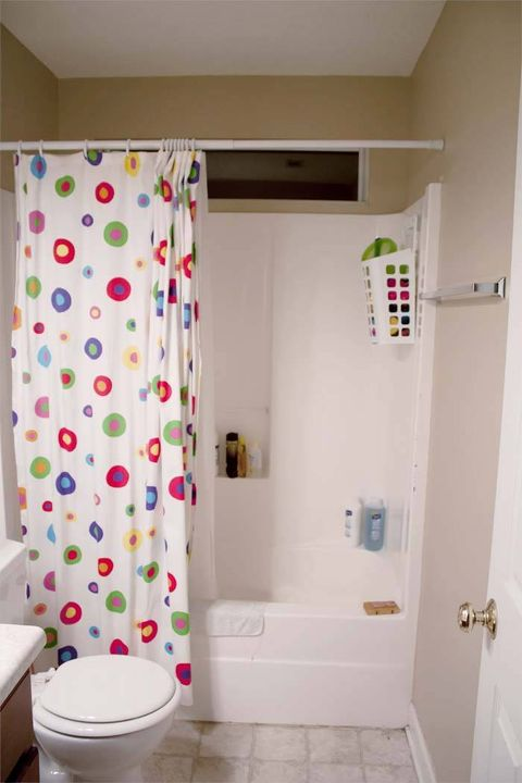 Interior design, Room, Wall, Property, Floor, Flooring, Shower curtain, Toilet seat, Tile, Plumbing fixture,