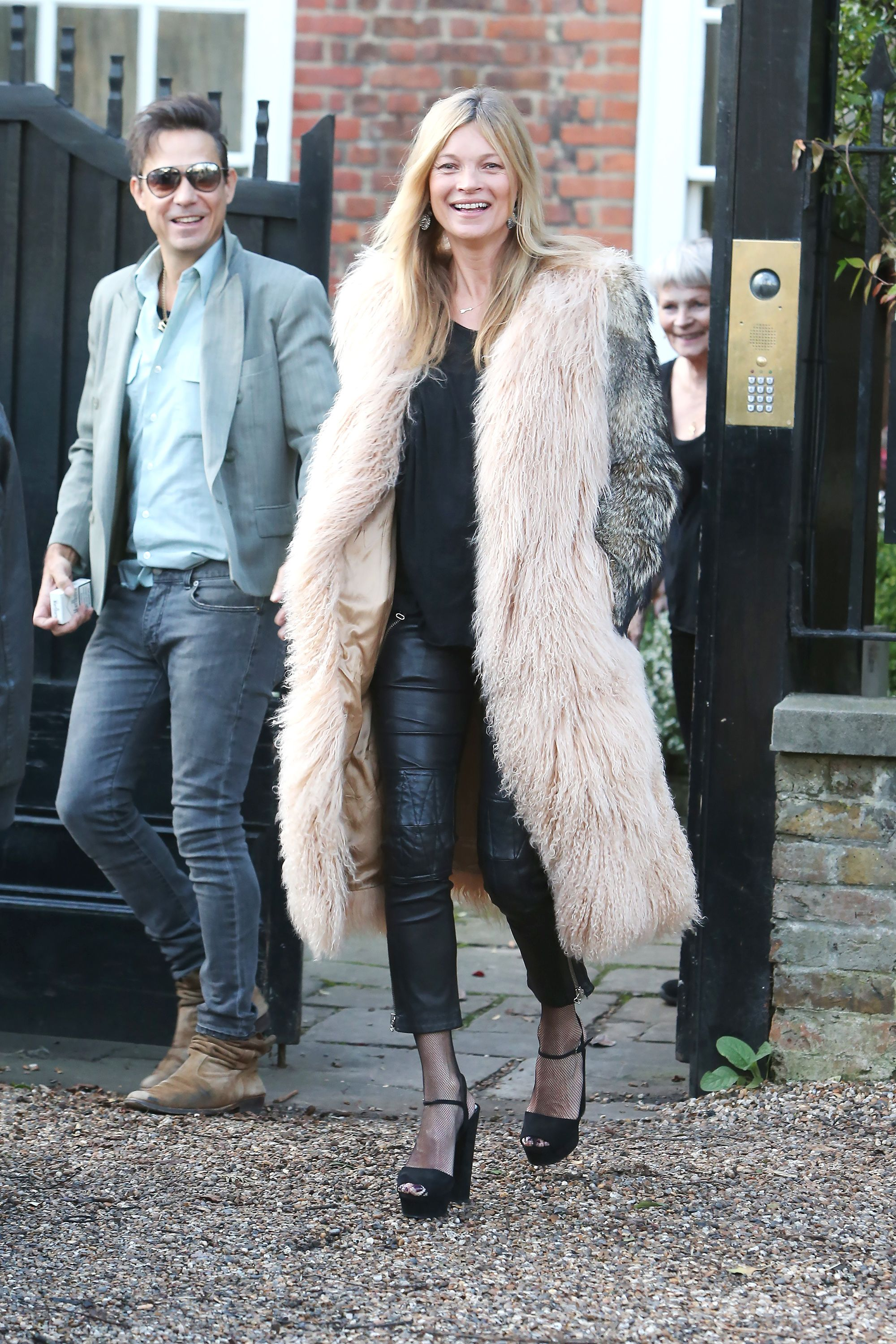LONDON, UNITED KINGDOM - JANUARY 16: Kate Moss wears a bright smile and a long furry coat as she heads to the Cotswolds with husband Jamie Hince to celebrate her 41st birthday on January 16, 2015 in London, England. Photo by Fjeraku/GC Images)