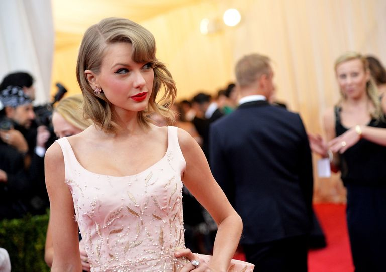"""Taylor Swift Debuts New Music Video for """"Style"""""""