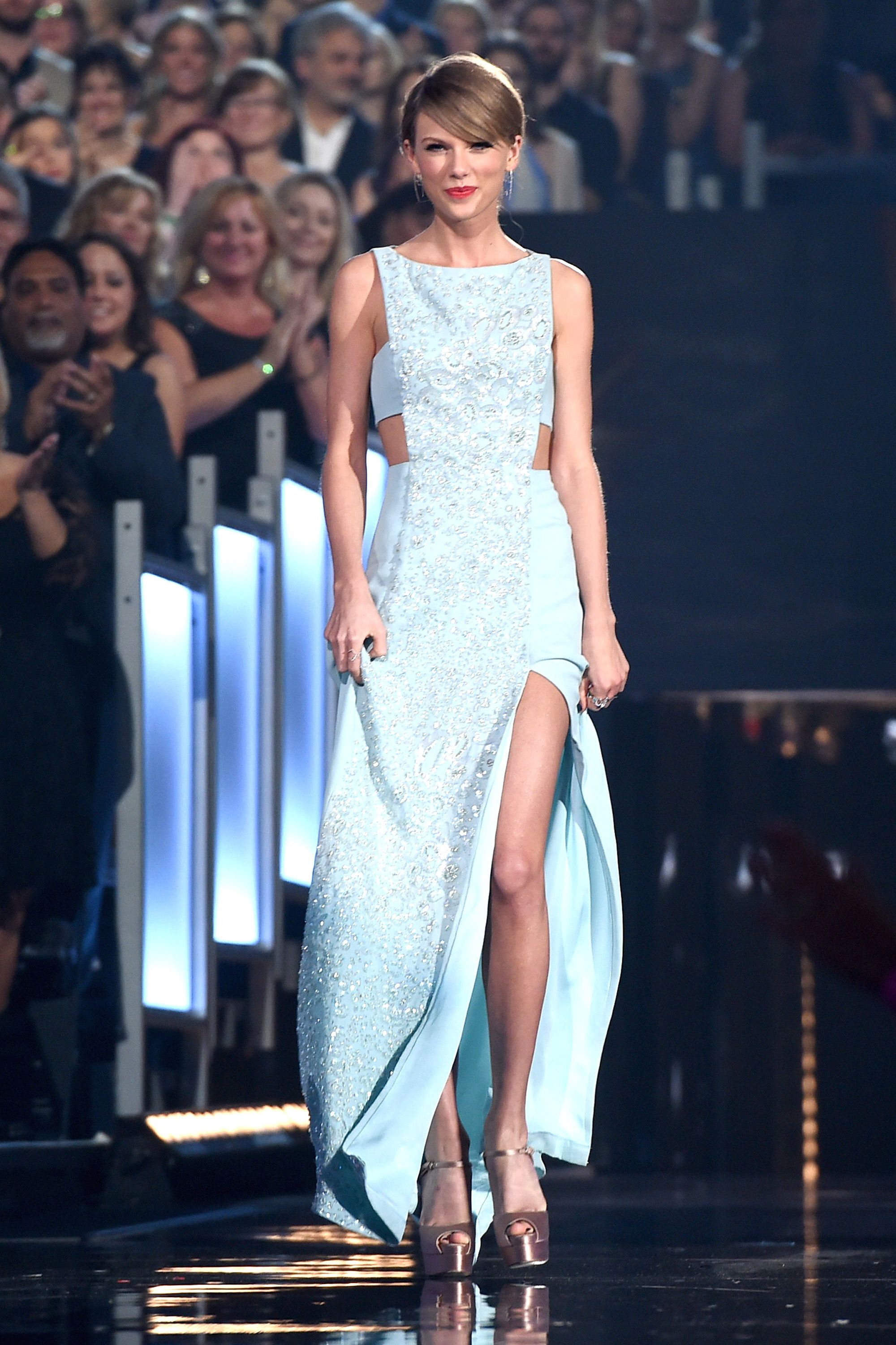 ARLINGTON, TX - APRIL 19:  Taylor Swift makes her way to the stage during the 50th Academy Of Country Music Awards at AT&T Stadium on April 19, 2015 in Arlington, Texas.  (Photo by Kevin Winter/ACM2015/Getty Images for dcp)