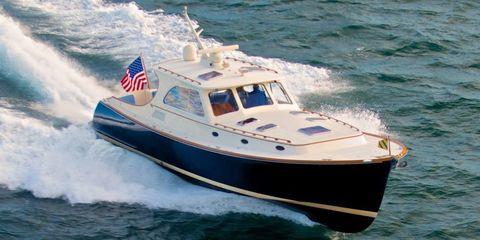 Mode of transport, Daytime, Watercraft, Transport, Water, Boat, Speedboat, Liquid, Naval architecture, Flag,