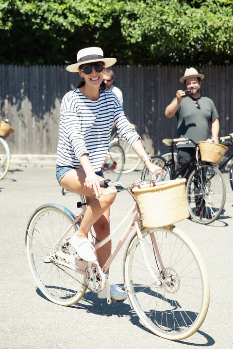 Tire, Wheel, Bicycle wheel, Bicycle tire, Bicycle frame, Bicycle wheel rim, Bicycle handlebar, Bicycle, Bicycle part, Land vehicle,
