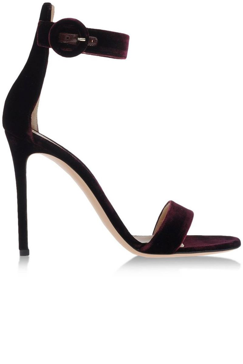 <p>This is the perfect simple heel that every woman should own!
