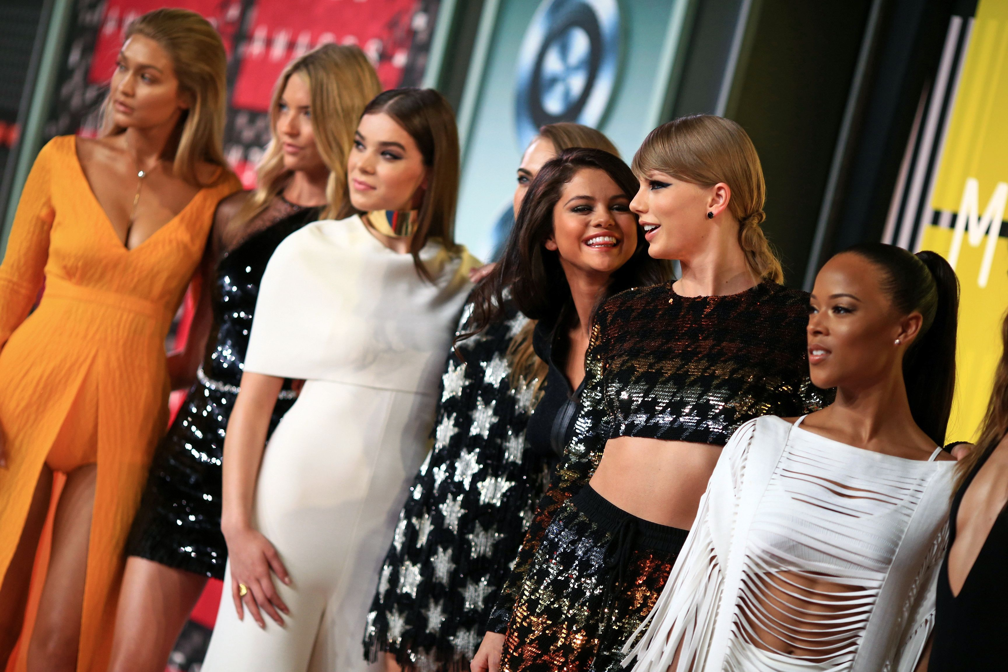 Taylor Swift Reveals Her Favorite Friends To Relax With