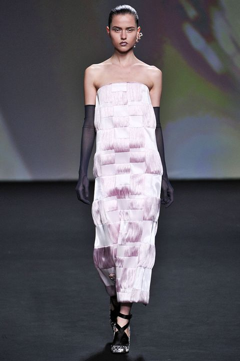 Fashion show, Hairstyle, Dress, Shoulder, Joint, Runway, Waist, Fashion model, Style, One-piece garment,