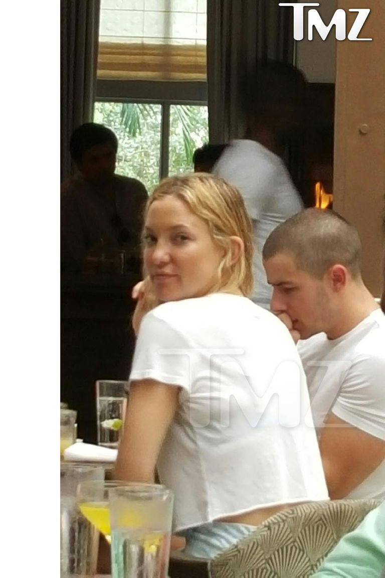 16 Celebrity Women Who Dated Younger Men-Celebrities -4926