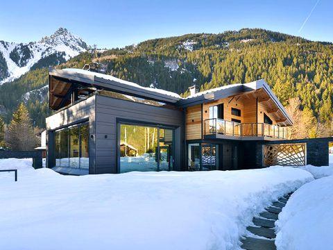 Winter, Mountainous landforms, Mountain range, Property, House, Snow, Freezing, Slope, Mountain, Building,