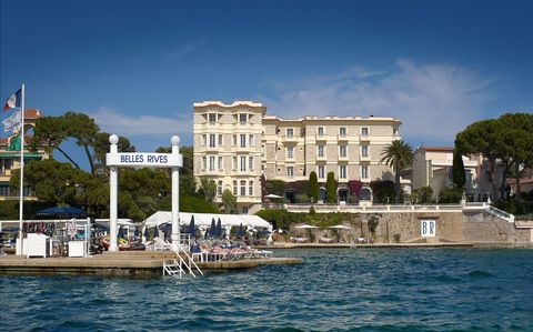 Sky, Coastal and oceanic landforms, Facade, Mixed-use, Bank, Lake, Watercraft, Resort town, Water transportation, Classical architecture,