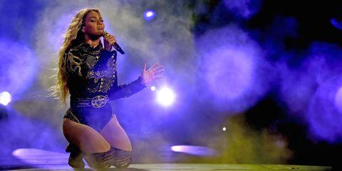 Human body, Performing arts, Music artist, Purple, Thigh, Performance, Stage, Artist, Music venue, Singer,